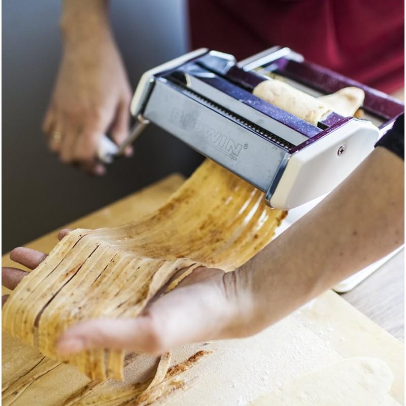 """Makaronų ir """"Ravioli"""" gaminimo rankinis aparatas."""